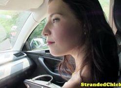 Mulher rampeiras dentro de um carro dando bom