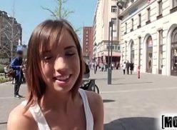 Um gozado sexo comendo a turista do tvbucetas