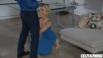 Uma mulher de cabelo curto no porno novo sendo fodida
