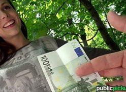Bela e gostosa mulher dando a bucetinha por dinheiro