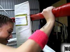 Boa mulher no videos de sexos esta fodendo no ginasio de boxe