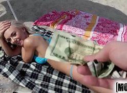 Loira no filmesporno mete por dinheiro na praia