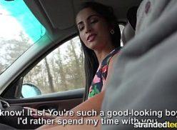 Uma linda e gostosa mulher dentro do carro no sexo video