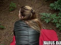 Mulher na floresta tomando uma rola dura