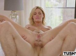 Mulher loira em xexo dando seu cu