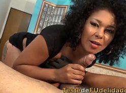 Negrinha brasileira gozando em foda quente