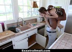 Uma mulher jovem no porno razzo dando para o negro