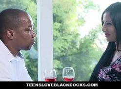 Negro come duas safadas no pornochanchada